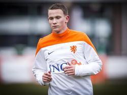 Julian Lelieveld loopt zich warm voor een training van het Nederlands elftal onder de negentien jaar. (21-03-2016)