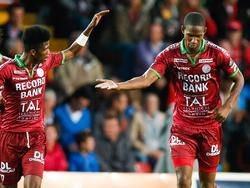 Glynor Plet (r.) wordt gefeliciteerd door Ibrahima Conté (l.) na de 1-1 tijdens Zulte-Waregem - Club Brugge. (10-8-2014)
