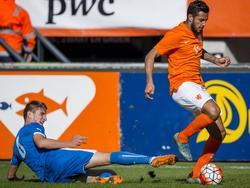 Ricardo Kishna (r.) omspeelt aan de zijkant Stanislav Lobotka (l.) en heeft veel ruimte om zijn actie te vervolgen tijdens Jong Oranje - Jong Slowakije. (11-10-2015)
