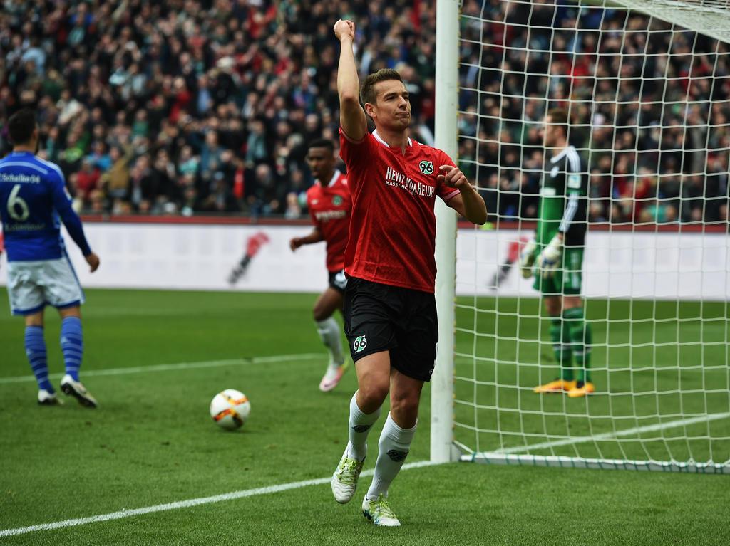 Artur Sobiech traf gegen Schalke und will trotz des Abstieges bei Hannover 96 bleiben