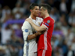 Gerüchte ranken sich auch um Cristiano Ronaldo und Robert Lewandowski (r.)