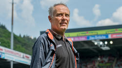 Freiburgs Trainer Christian Streich ist nach einem Bandscheibenvorfall noch nicht wieder einsatzfähig