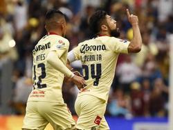 Oribe Peralta celebra con su compañero Reyes su tanto. (Foto: Imago)