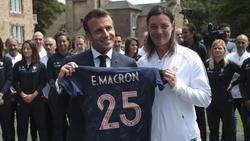 Frankreichs Präsident Emmanuel Macron zu Gast im Trainingslager der französischen Fußball-Frauen