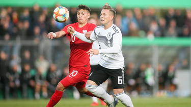 Marcel Zylla (l.) vom FC Bayern leitete die Pleite der deutschen U20 ein