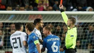 Emre Can (M.) sah im EM-Quali-Spiel gegen Estland die Rote Karte