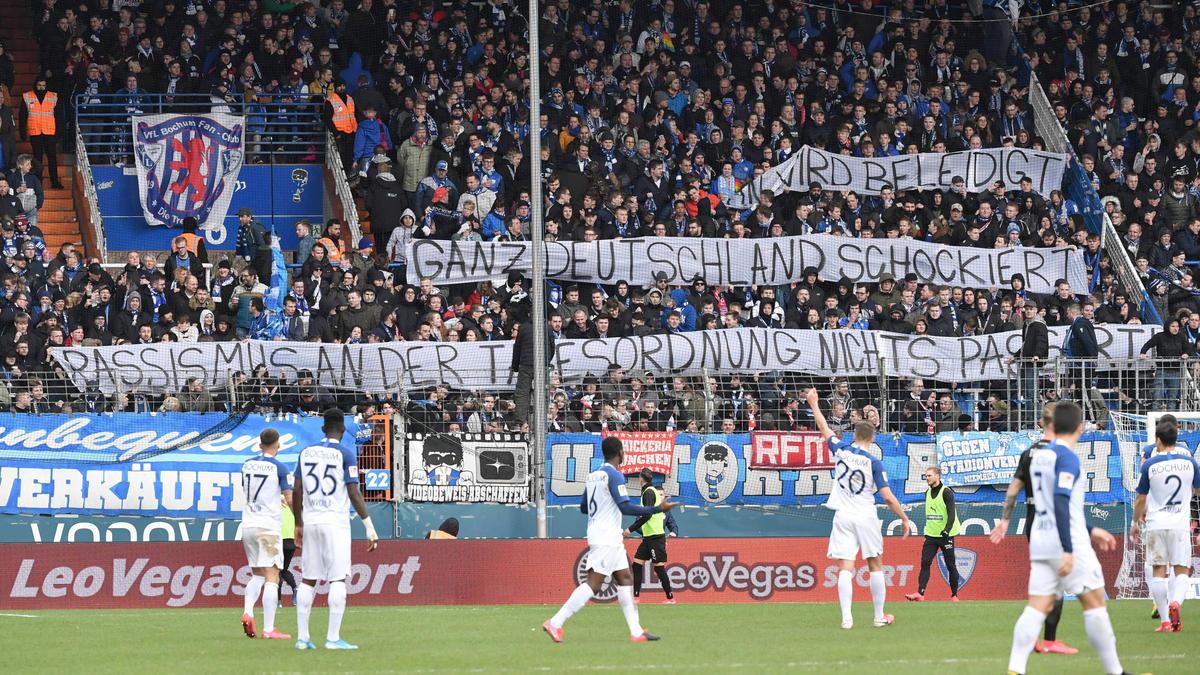 Auch die VfL-Fans aus Bochum zeigten Plakate gegen Dietmar Hopp