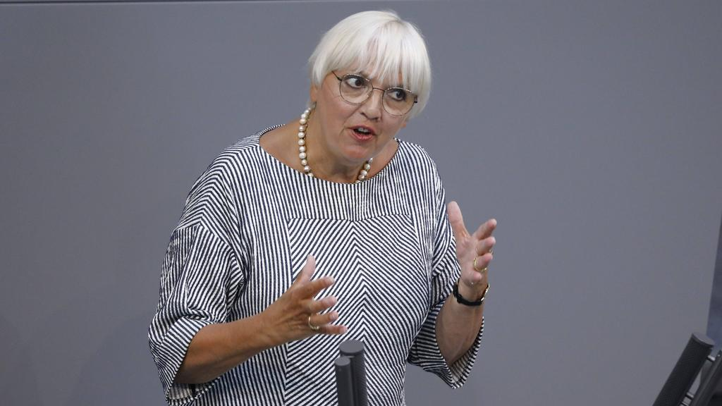 Bundestagsvizepräsidentin Claudia Roth kritisiert die UEFA