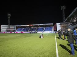 De lichtinstallatie in stadion De Vliert van FC Den Bosch valt vlak voor de wedstrijd tegen Sparta uit, waardoor de wedstrijd in Brabant later begint. (29-01-2016)