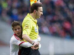 Lasse Schøne (l.) knuffelt grensrechter Bas van Dongen tijdens Ajax - sc Heerenveen. Voetbal.com Foto van de Week.