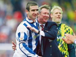 Éric Cantona und Alex Ferguson feiern den Ligatitel 1996