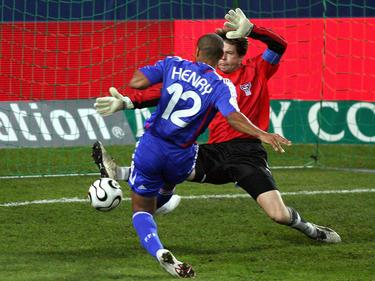 Jakup Mikkelsen (r.) versucht, sich Thierry Henry in den Weg zu werfen