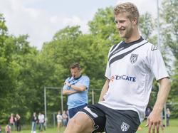 Met een brede glimlach begint Wout Droste aan zijn eerste training bij Heracles Almelo. De verdediger kwam in de zomer over van SC Cambuur. (29-06-2015)