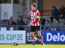 Maarten Peijnenburg heeft balbezit tijdens een wedstrijd van PSV Onder 19 tegen Tottenham Hotspur (26-03-2016).