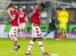 Fred Friday (m.) baalt flink. Ondanks zijn twee doelpunten tegen PSV winnen de Eindhovenaren wel in Alkmaar: 2-4. (04-02-2017)