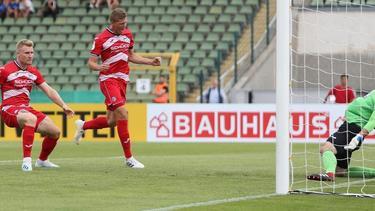 Bielefelds Andreas Voglsammer (M) trifft mit dem Kopf zum 1:0 gegen Victoria 89 Berlin