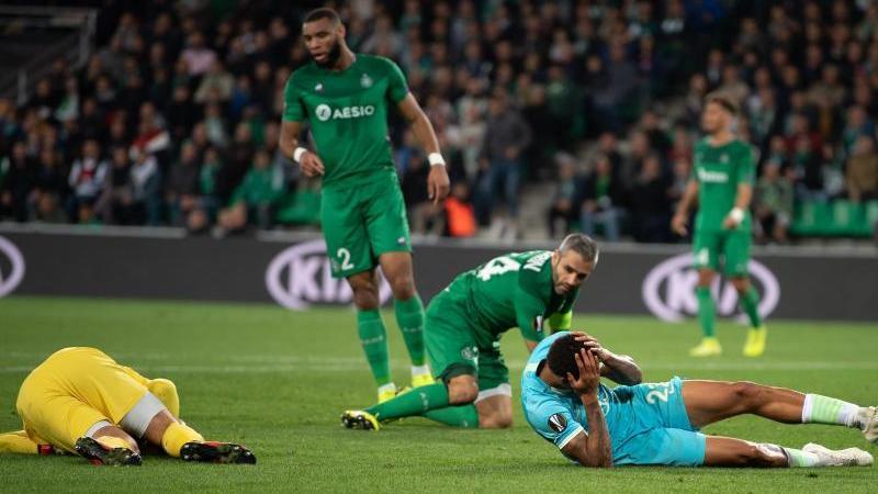 Wolfsburgs Lukas Nmecha (r.) fällt mit einer Gehirnerschütterung mehrere Tage aus