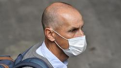 Heiko Herrlich, Trainer vom FC Augsburg, ist mit einer Nasen-Mund-Bedeckung unterwegs