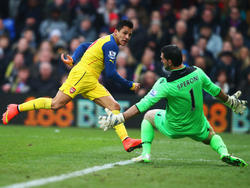 Alexis Sanchez (l.) versucht Palace-Keeper Julian Speroni zu überwinden