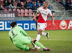 FC Utrecht-speler Sébastien Haller (r.) stuit op AZ-keeper Esteban Alvarado Brown (l.). (08-03-2015)