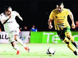 A la derecha, Aarón Navarro lleva el cuero. (Foto: Imago)