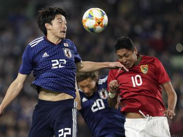 Daigo Nishi (izq.) controla un cuero ante la presión boliviana. (Foto: Getty)