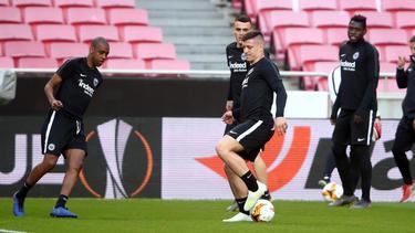 Luka Jović en el centro en un calentamiento con el Eintracht.