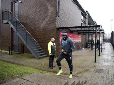 David Neres is nog maar net in Nederland en moet dus nog wennen aan het koude klimaat. Volledig ingepakt gaat hij richting de training van Ajax. (22-02-2017)