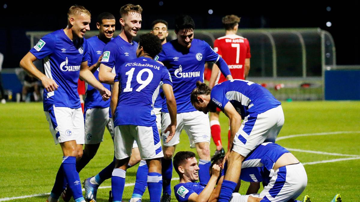 Der FC Schalke II jubelt nach dem 5:3-Erfolg gegen Rot Weiss Ahlen