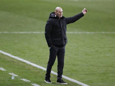Zidane da indicaciones en la zona técnica.