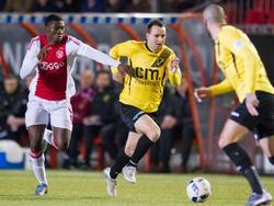 Elton Acolatse (l.) van Jong Ajax probeert NAC-speler Vlatko Lazić bij te houden en moet daarbij zijn armen gebruiken. (25-01-2016)