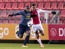 Richairo Živković (r.) vecht een duel uit met Danzell Gravenberch van FC Dordrecht tijdens een competitieduel van Jong Ajax. (29-02-2016)