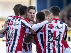Nog geen drie minuten na de 1-0 maakt Jordens Peters (m.) er bij SC Cambuur - Willem II alweer 1-1 van. (21-04-2016)
