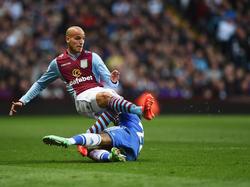 Karim El Ahmadi wordt gevloerd door Willian tijdens Aston Villa - Chelsea. (15-3-2014)