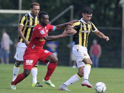 Mohammed Osman (r.) is tijdens de oefenwedstrijd van Vitesse tegen KV Oostende Sébastien Siani te slim af. (04-07-2015)
