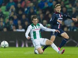 Hans Hateboer (l.) komt te laat om de voorzet van Lucas Andersen (r.) te blokken tijdens FC Groningen - Willem II. (17-10-2015)