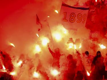 Imagen de las bengalas encendidas en el interior del estadio. (Foto: Getty)