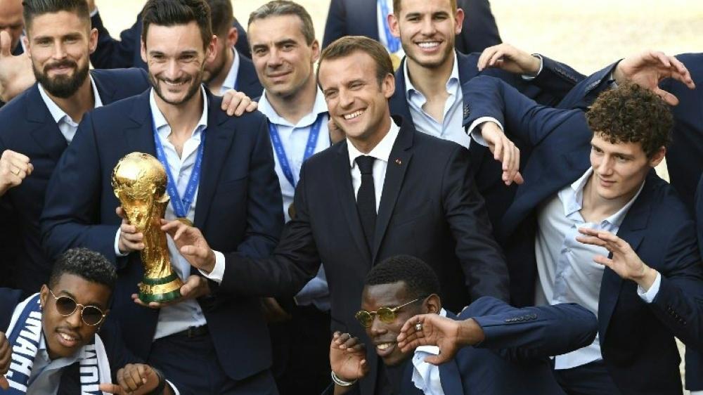 Frankreichs Präsident Emmanuel Macron verlieh den Nationalspielern den Verdienstorden