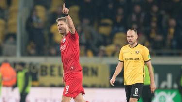 Bielefelds Fabian Klos (l) jubelt nach seinem Tor zum 3:3