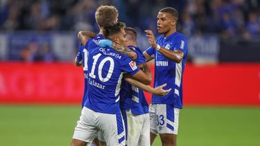 Malick Thiaw (r.) zählt bald zu den Top-Verdienern beim FC Schalke 04