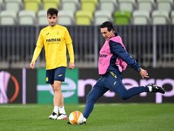 Emery lanza a portería en el último entrenamiento.