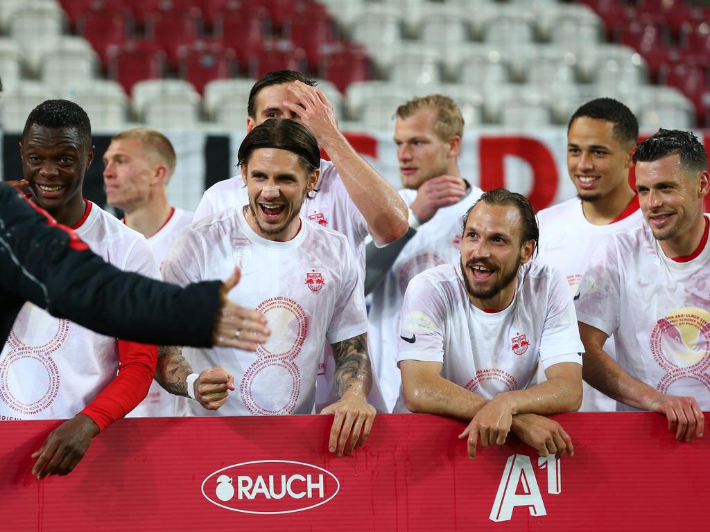 Salzburg-Kapitän Andi Ulmer (3.v.r.) hat besonders viel Routine im Feiern