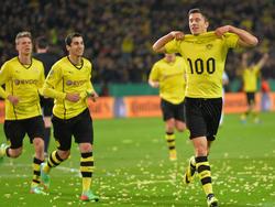 Robert Lewandowski (r.) feiert sein 100. Pflichtspieltor für Borussia Dortmund