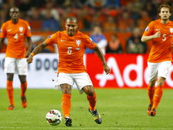 Nigel de Jong (m.) geeft een pass met buitenkant rechts tijdens het EK-kwalificatieduel Nederland - Kazachstan. (10-10-2014)