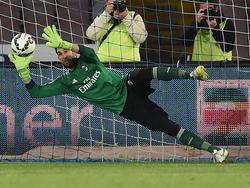 Gonzalo Higauín kan na één minuut spelen al de eerste treffer maken, maar Diego López stopt de strafschop van de Argentijnse spits. (03-05-2015)