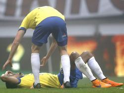 Marvin Peersman ligt tijdens de Friese derby tussen sc Heerenveen en SC Cambuur met pijn op de grond. Wessel Dammers kijkt hoe het met zijn collega-verdediger gaat. (01-11-2015)