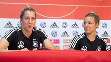 Die Nationalspielerinnen Verena Schweers (l.) und Svenja Huth bei der DFB-Pressekonferenz in Grenoble