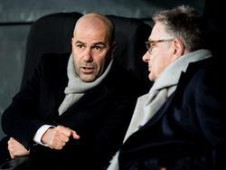 Peter Bosz (l.) in overleg met zijn assistent-trainer Hennie Spijkerman. (08-12-2016)