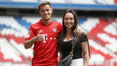 Philippe Coutinho mit Frau Aine bei seiner Vorstellung in München