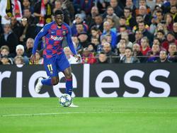 Ousmane Dembélé en un duelo en el Camp Nou.